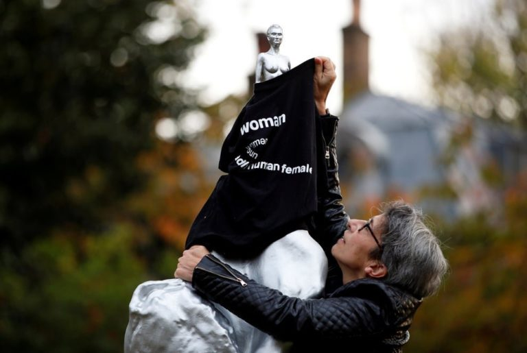 Estátua de ícone feminista é coberta com uma blusa do movimento anti-trans