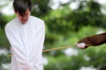 """Casal gay da Indonésia pode ser punido com 100 chibatadas por """"orientação sexual ilegal"""""""