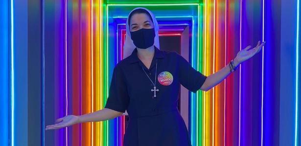 Monja visita un bar de lesbianas y dice: