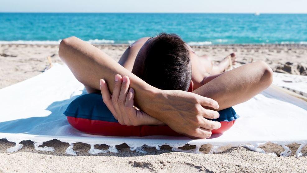 Praia de nudismo do RJ reabre com uso de máscaras