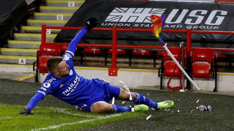 Jogador de futebol que destruiu bandeira do arco-íris pede desculpas