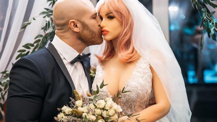 Fisiculturista se casa com uma boneca sexual após oito meses de namoro