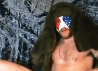 Ator pornô gay grava cenas fantasiado de corno do Capitólio