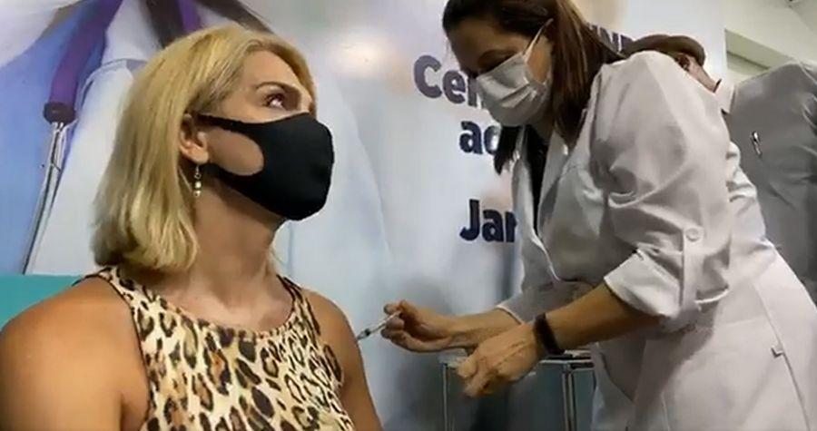 Brasil inmuniza a la primera mujer trans contra el covid-19