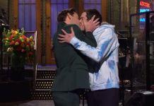 """John Krasinski e Pete Davidson dão beijo na boca durante reestreia de """"SNL"""""""