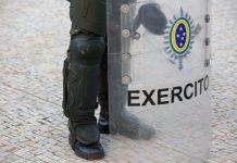 Um cabo do exército gravou com um celular as investidas do sargento durante o expediente em um prédio da PM no Rio de Janeiro.