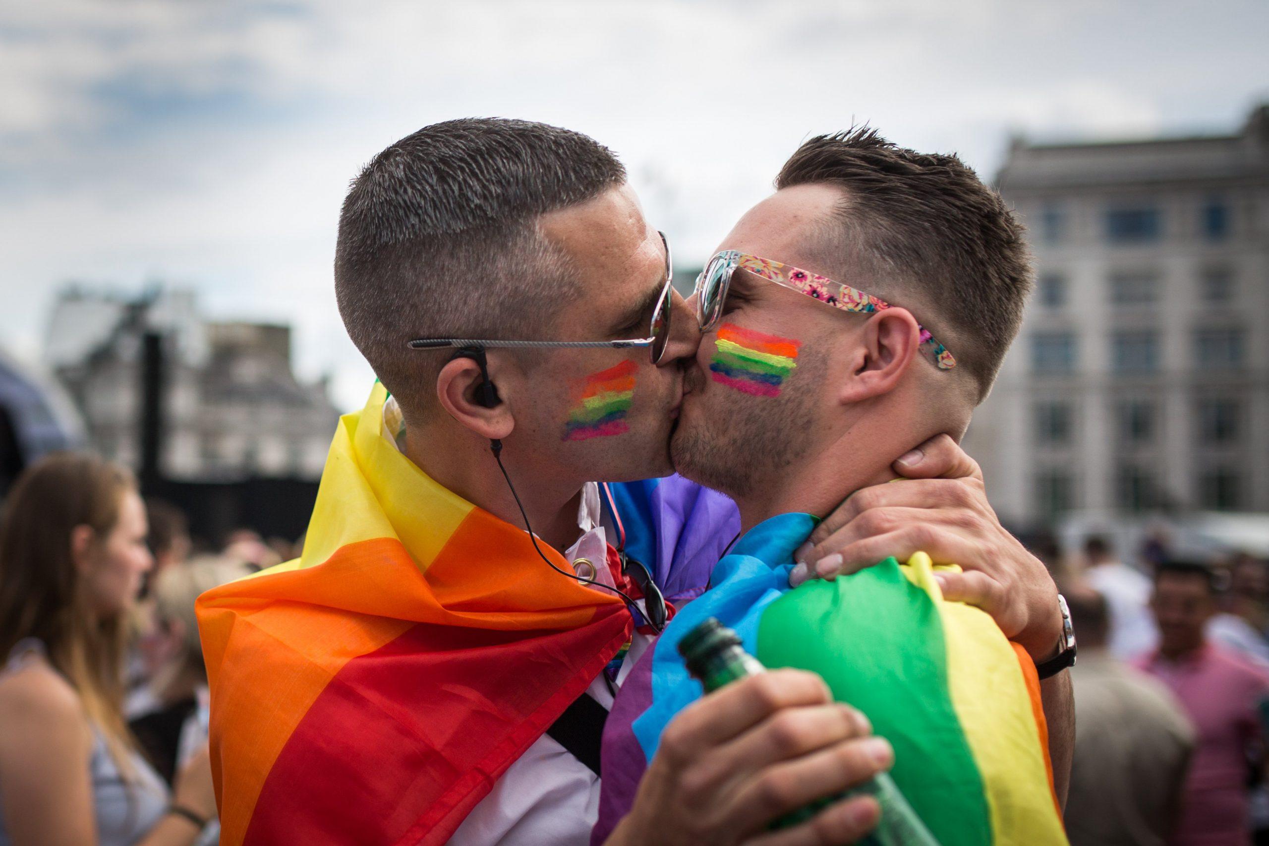 Pesquisa conclui que 5,6% dos adultos nos EUA se identificam como LGBTQIA+