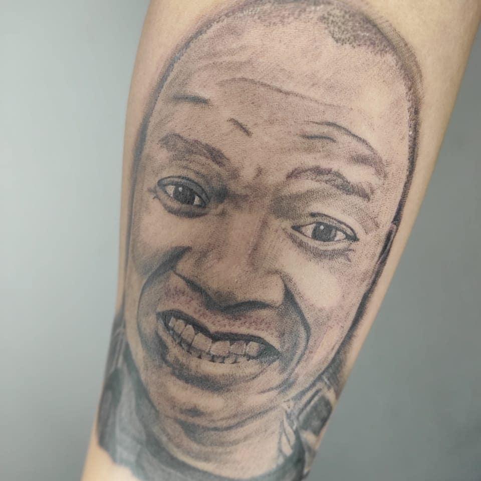 Tatuagem feita por Mc Maylon - Reprodução