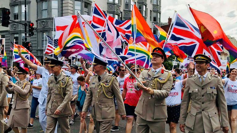 Reino Unido devolverá medalhas a militares expulsos do exército por serem LGBTs