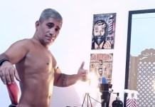Barbeiro naturista cria negócio inusitado, aliando estética e nudez