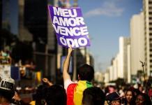 Com 375 mil mortos por covid, deputada evangélica faz projeto para tentar proibir comerciais com LGBTs